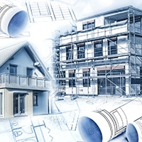 Neubauten mit einem Rohbau und Bauplänen als Symbol für die Baubranche oder Immobilienbranche.